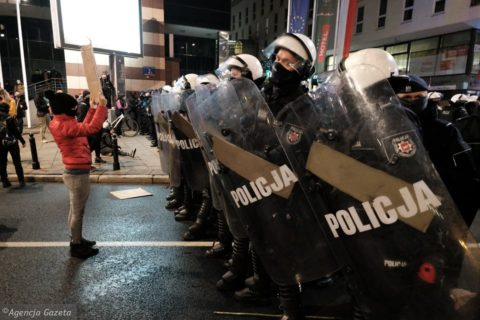 Poland: Authorities must end police brutality and persecution of protesters and journalists - Protection